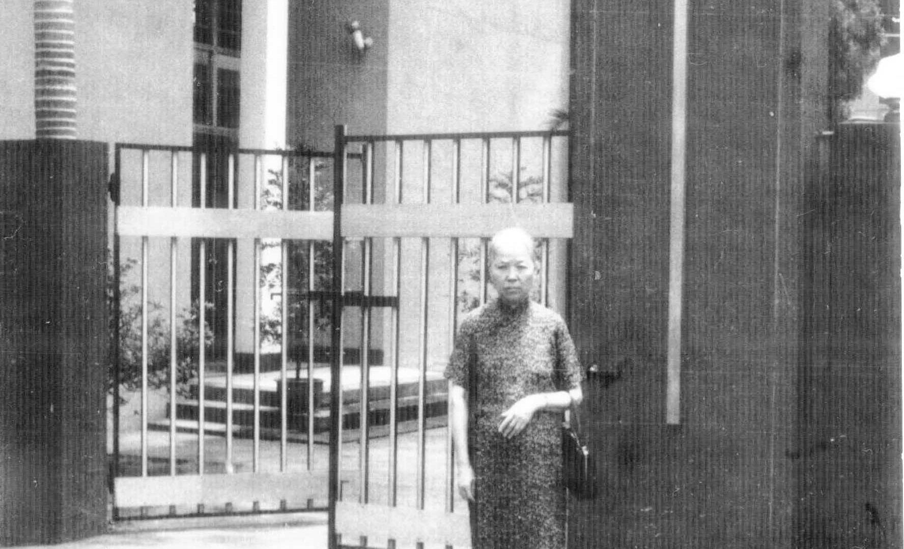 1963_蘇林官長老娘與舊堂.jpg