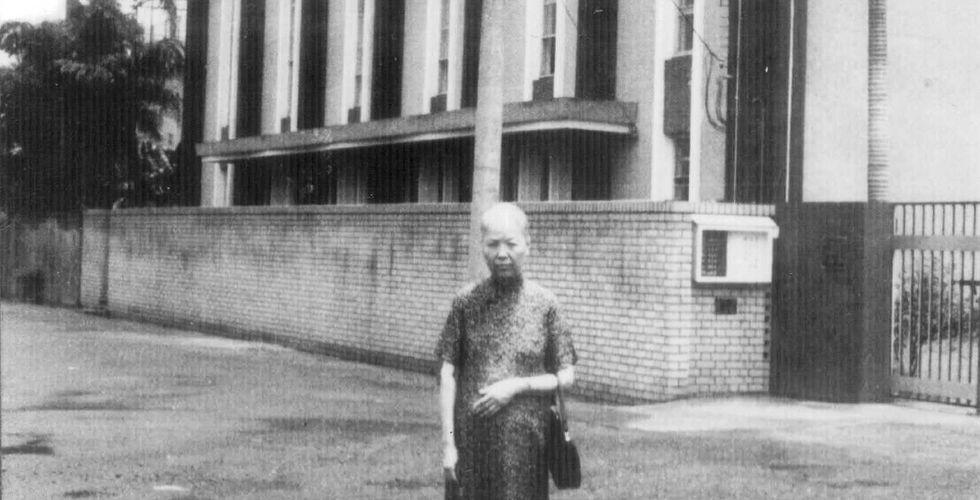 1963_蘇林官長老娘與舊堂1.jpg