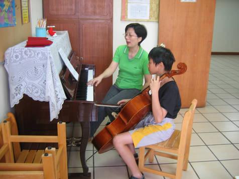 402室鋼琴