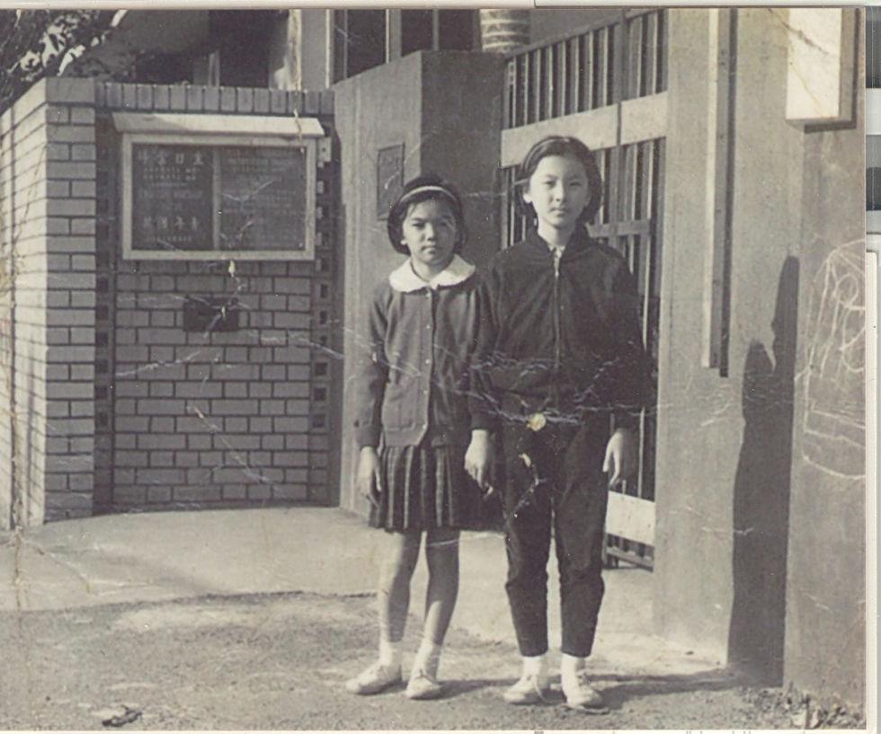 1968年_教會大門_左_二表姐_右_林莉_林莉姊妹提供_20190430.jp