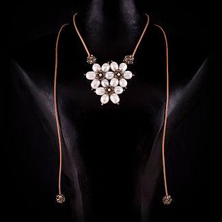 collar tres flores perlas
