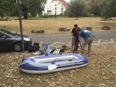 Schlauchboot vorbereiten am Set von Art in the city