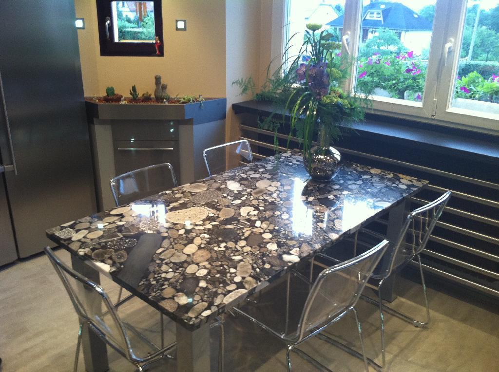 table-granit-galet.jpg