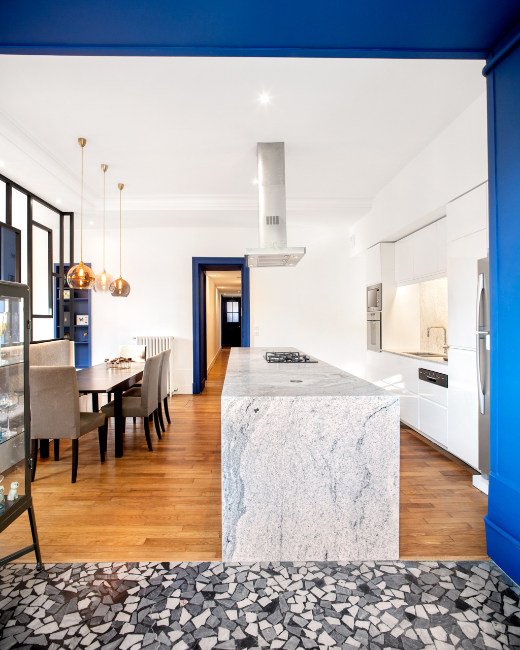 cuisine-marbre-blanc-peinture-bleue