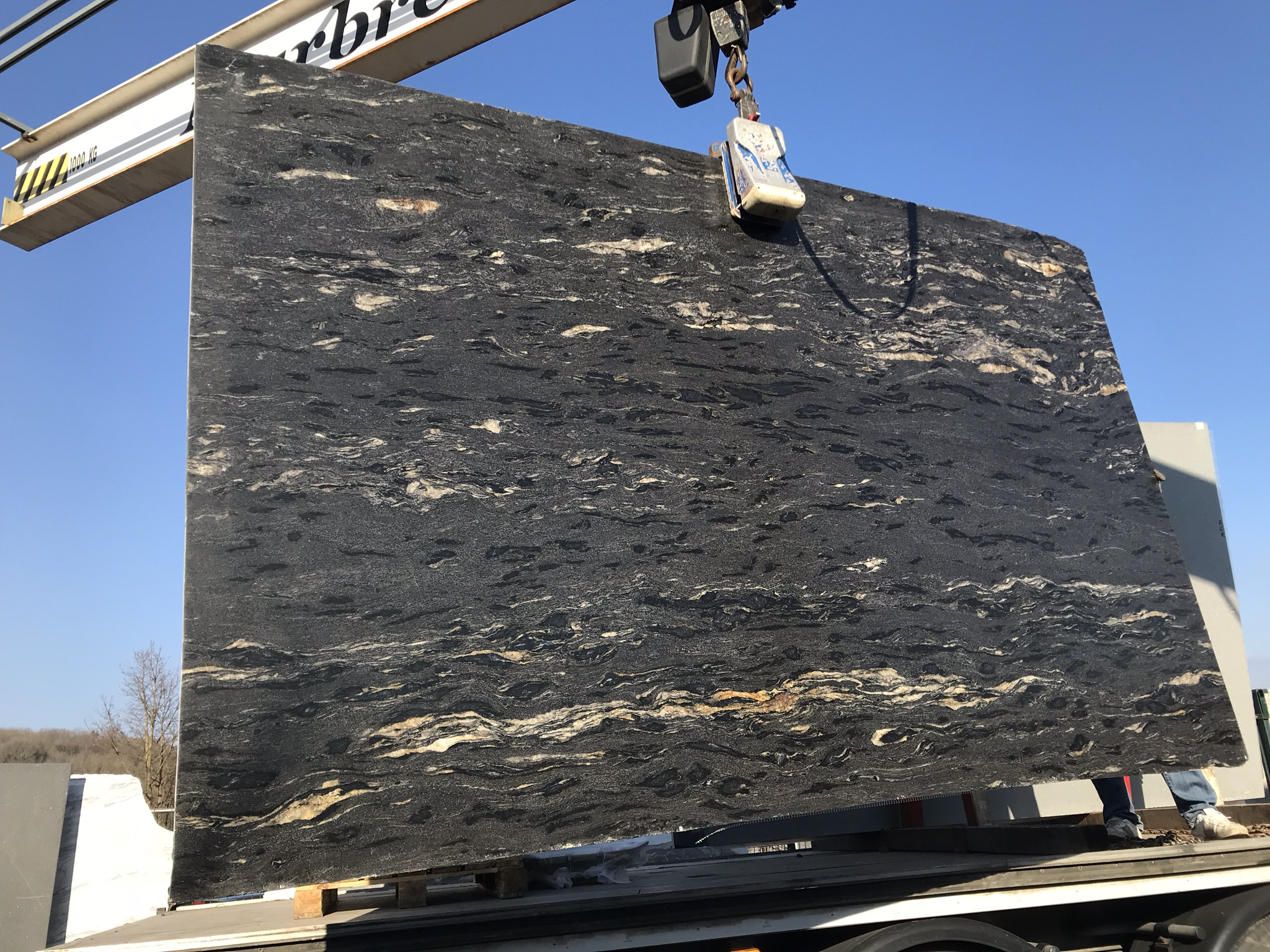 bloc-granit-noir-veines-or