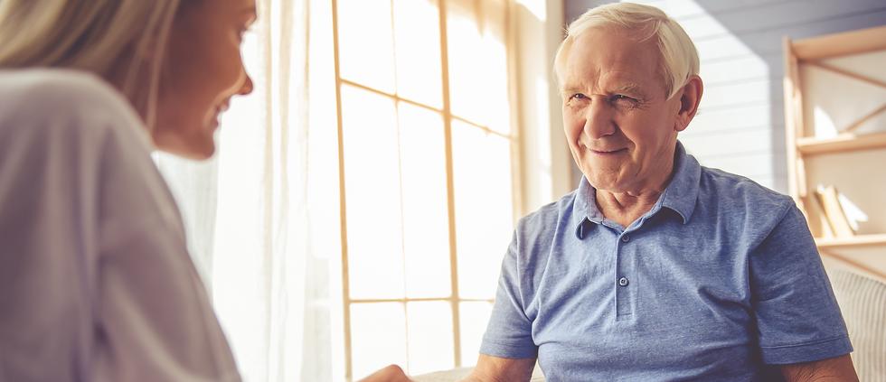 Altenpfleger*in mit Pflegenden zu sehen