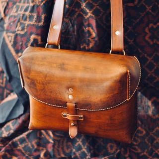 La sacoche idéale pour les hommes qui n'aiment pas à avoir tout dans leurs poches! Librement inspirée de celle de l'armée suisse, un brin plus grande néanmoins,elle est parfaite pour usage au quotidien! Une originalité indéniable, mais une forme classique et une utilisation des plus aisées!