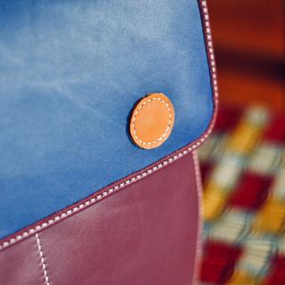 Un beau sac à dos entièrement réalisé à partir de chutes de cuir. Deux grandes poches extérieures, une poche intérieure dans la doublure.