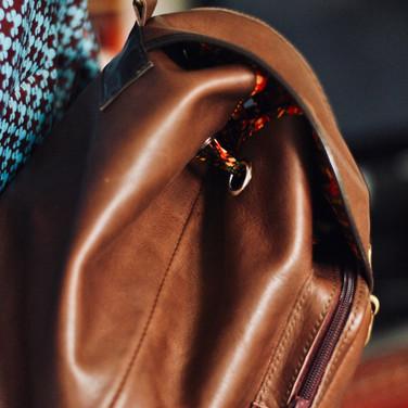 Un sac à dos solide, pratique et  élégant en cuir de veau tannage végétal, entièrement cousu à la main et doublé de wax.