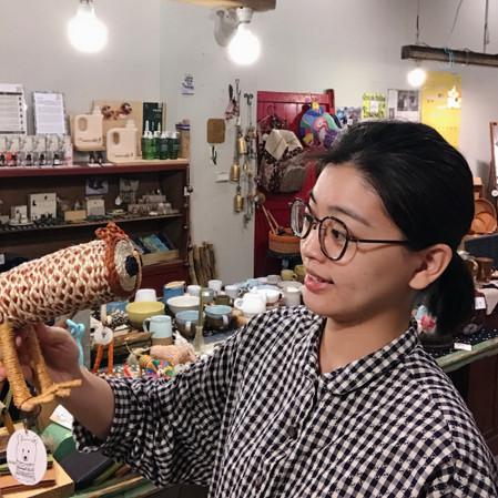 大稻埕家夥店長_郁淳_在顧店的一天中能遇上幾位認同公平貿易理念並對每樣商品都感興趣的客人們,興致勃勃地把產品介紹給她們是最感動的事