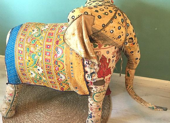 Antieke olifant uit India met Banjara stof