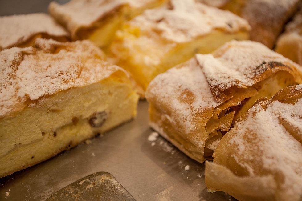 Cafe, Coffee, Hellbrunn, Salzburg, Ice Cream, Eis, Kugeleis, hausgemachte Kuchen, Apfelstrudel, Sache Torte