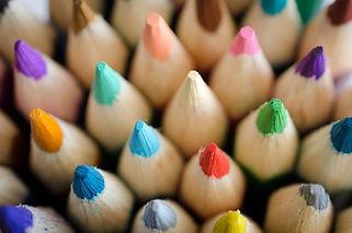 Vários lápis de cor para o curso de desenho