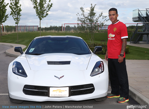 Depay completes his move to Manchester United, poses beside sportscar made by Un