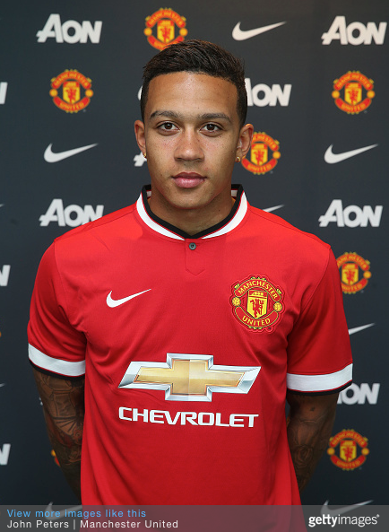 Depay poses in United shirt.png