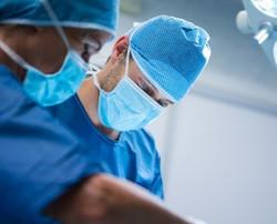 chirurgiens-qui-pratiquent-exploitation-