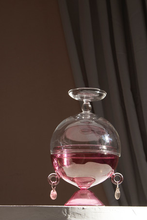 Affascino salt shaker in pink and transparent borosilicate glass with bronze earrings.