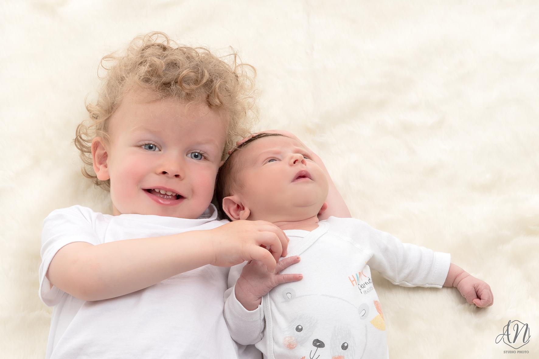 Frère et nouveau-né