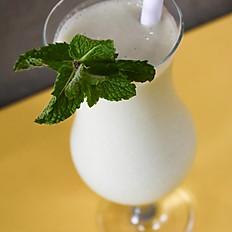 Smoothie de coco, abacaxi e hortelã