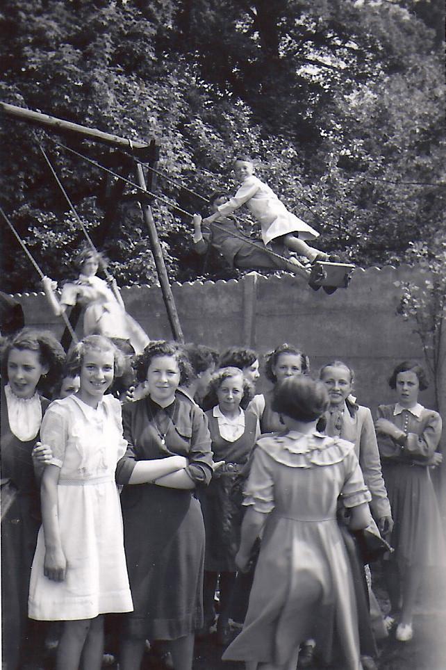 VKAJ op schommels 1952-Jenny Samyn.jpg