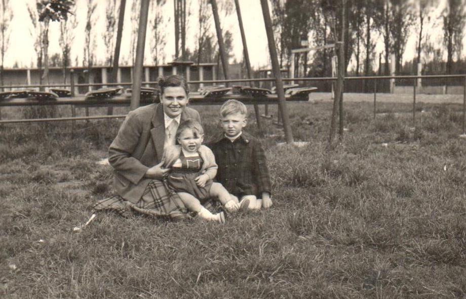 1953 roza mathys voor boten met familie.