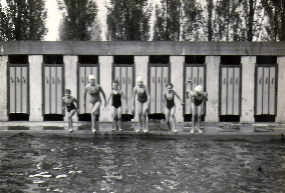 meisjes aan badhokjes 1959 Erna Bekaert.