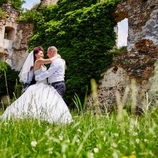 Hochzeitspaar in altem Gemäuer