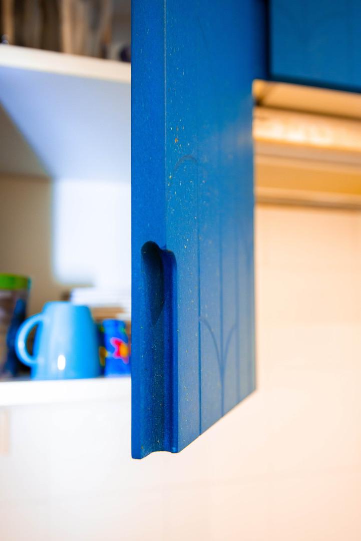 Cuisine medium bleu et contreplaqué bouleau
