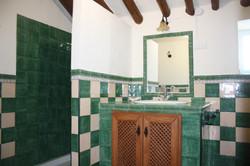 Cuarto de baño verde y blanco
