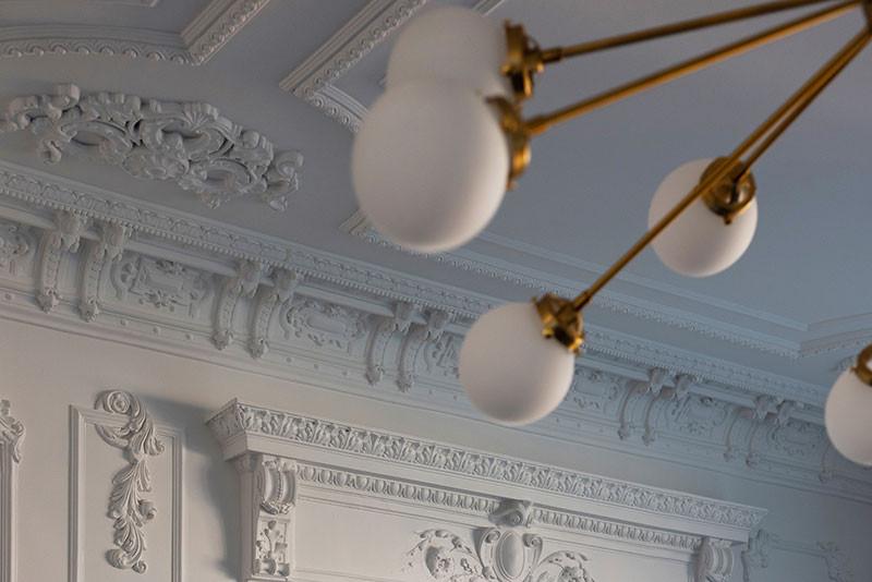 красивая лепнина потолок