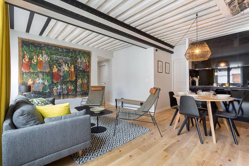 серый диван черная кухня ретро