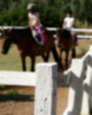 Niños montar un caballo