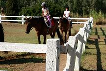 Miúdos que montam um cavalo