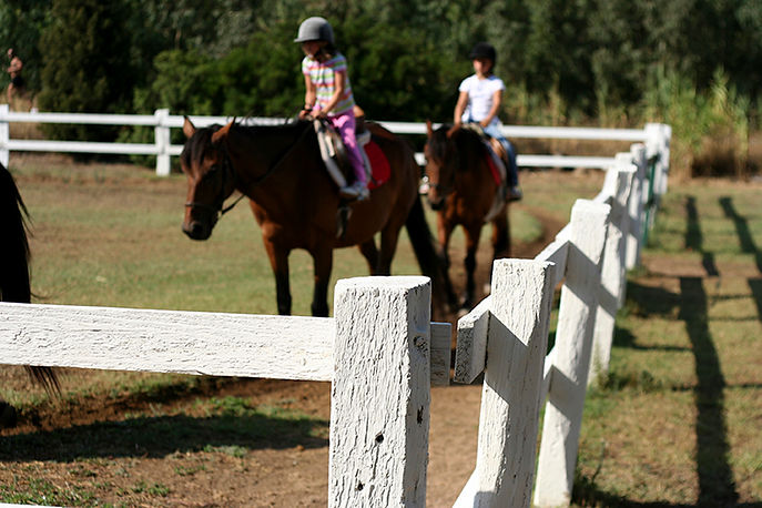 Børn rider på en hest