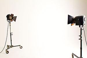 Acoustic Comunicación ofrece kits profesionales de luces led y fresnel.