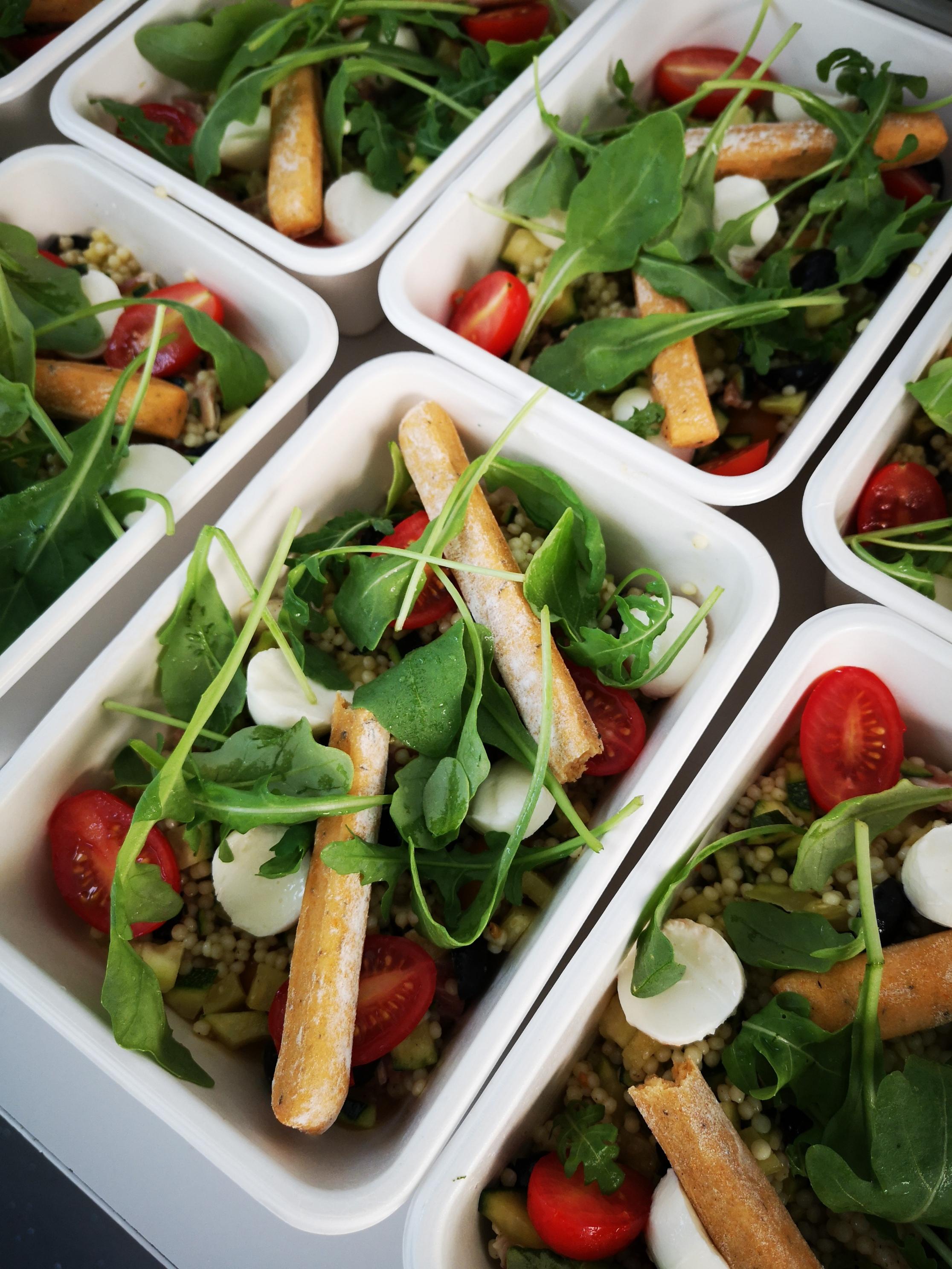 Salade repas : courgettes, tomates, pesto, gressins et mozzarella di bufalla