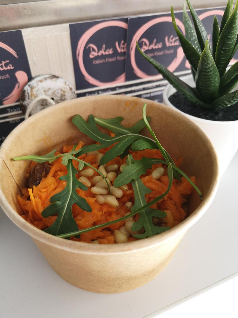 Salade carottes raisins pignons