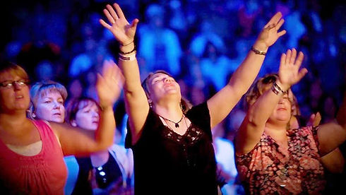 mujeres-cristianas-adorando-a-dios-en-la
