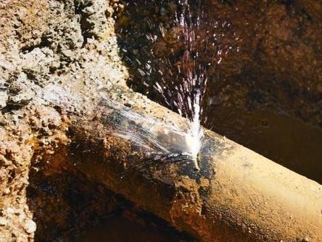 По улице Ленина произошел прорыв водопровода
