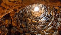 Plongez-vous dans l'histoire fascinante et la culture de la Sardaigne. Votre guide francophone vous fera découvrir la région de Barumini classé au patrimoine mondial de l'UNESCO, la forteresse de Su Nuraxi, le plateau de la Giara  et les chevaux sauvages du parc.
