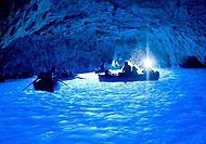 Explorez l'île pittoresque de Capri avec cette excursion sur un bateau privatisée . Tombez sous le charme de Capri et profitez d'une visite de la surréaliste de la Grotte bleue.