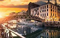Découvrez par visiste pedestre le fameux quartier Navigli de Milan et découvrez les siècles d'histoire derrière les cours d'eau, ses canaux, les ponts et les ruelles, son port ainsi que ses traditions.