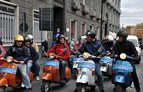 Découvrez Naples en groupe de manière amusante lors de cette visite insolite de Naples en Vespa ! Votre chauffeur expérimenté vous emmènera à travers la ville sur son Vespa d'époque. Vous découvrirez ensemble l'église de San Francesco di Paola, le Parco Virgiliano, le Castel dell'Ovo et le centre historique de Naples.