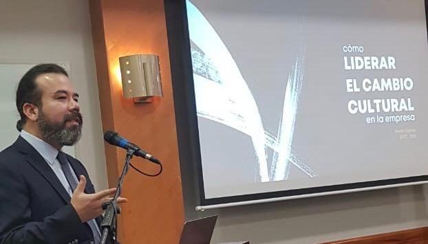 Arnoldo Cisternas exponiendo durante el encuentro en Quito, Ecuador.