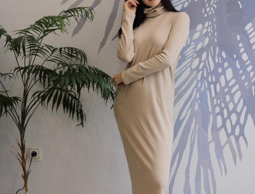 Платье-водолазка в рубчик