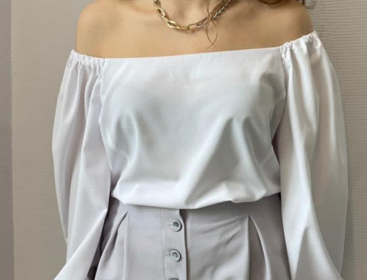 Блузка с вырезом каре из поплина