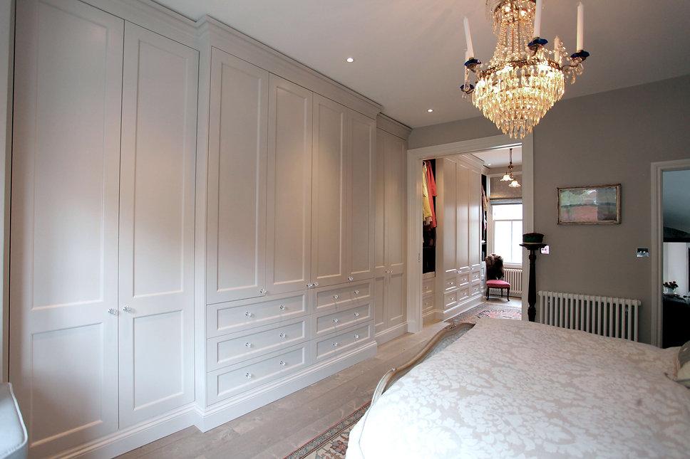Bedroom-master-bespoke-wardrobe-white.jp