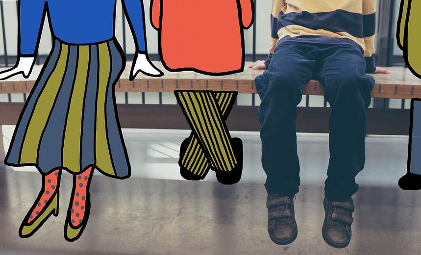 Tre persone di cui non si vedono le teste sono sedute in un museo