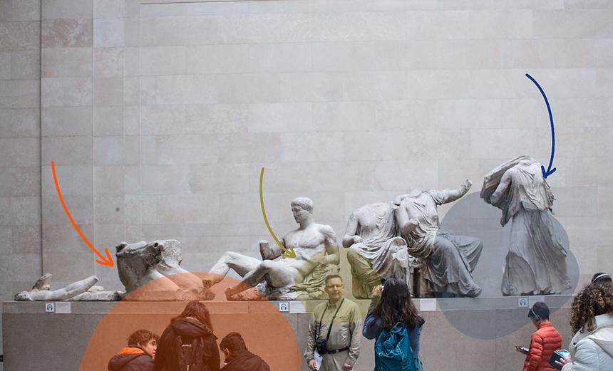 Una serie di sculture dell'antica Grecia e alcuni visitatori