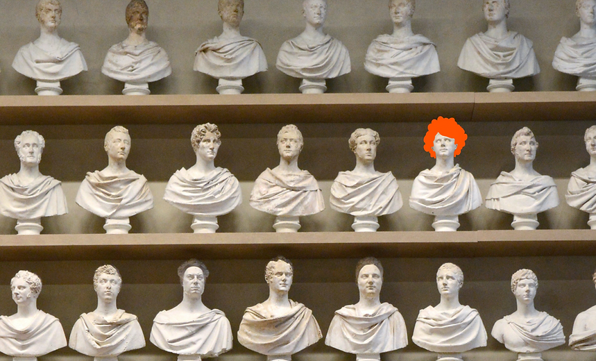 Una serie di busti romani di cui uno indossa una parrucca arancione